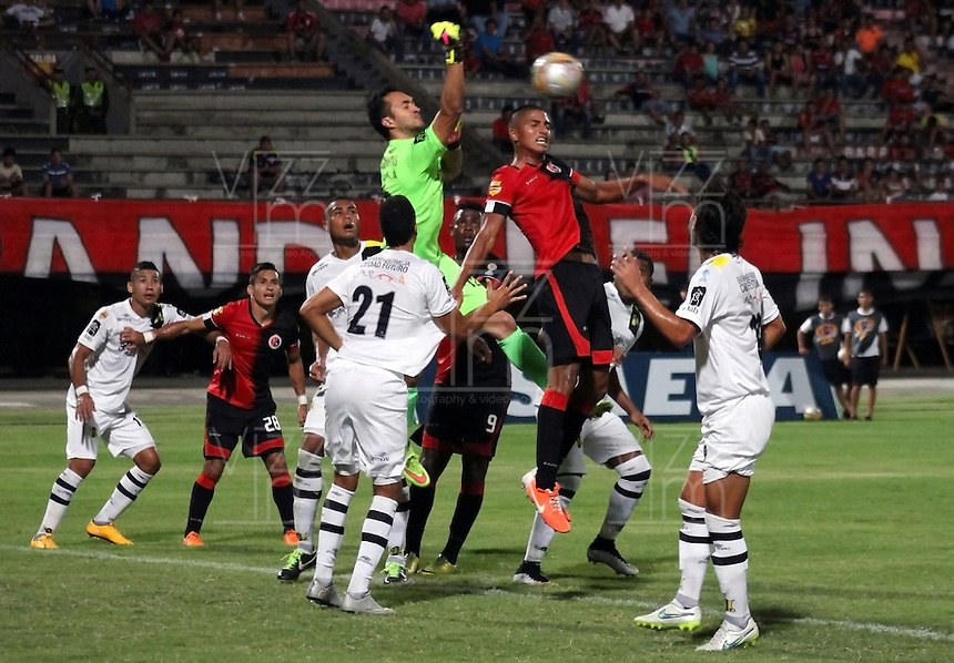 CUCUTA - COLOMBIA - 06 - 09 -2015: Aleandro Rojas (Der.) jugador de Cucuta Deportivo disputa el balón con Ricardo Jerez (Izq.) portero de Alianza Petrolera, durante partido entre Cucuta Deportivo y Alianza Petrolera, por la fecha 10 de la Liga Aguila II-2015, jugado en el estadio General Santander de la ciudad de Cucuta.  / Aleandro Rojas (R) player of Cucuta Deportivo vies for the ball with Ricardo Jerez (L) goalkeeper of Alianza Petrolera, during a match between Cucuta Deportivo and Alianza Petrolera, for the date 10 of the Liga Aguila II-2015 at the General Santander Stadium in Cucuta city, Photo: VizzorImage / Manuel Hernandez/ Cont. ( Mejor Calidad Disponible / Best Quality Available)