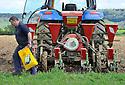 07/05/13 - DOMPREL - DOUBS - FRANCE - Semis en rangs de mais d ensilage - Photo Jerome CHABANNE