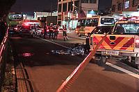 SÃO PAULO,SP, 12.11.2015 - ACIDENTE-SP - Motociclista perde o controle ao bater em outro veículo e é atropelado por ônibus na avenida General Edgar Facó no bairro da Freguesia do Ó região norte de São Paulo na tarde desta quinta-feira (12). O Corpo de Bombeiros foi acionado mas a vítima não resistiu aos ferimentos e morreu no local. ( Foto : Marcio Ribeiro / Brazil Photo Press).