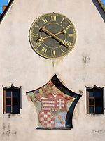 S&uuml;d-Giebel mit Uhr und Wappen, gotisches Altes  Rathaus auf dem Marktplatz, Bardejov, Presovsky kraj, Slowakei, Europa, UNESCO-Weltkulturerbe<br /> South gable with clock and coat of arms, Old townhall, Bardejov, Presovsky kraj, Slovakia, Europe, UNESCO-world heritage