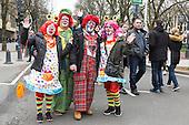 Düsseldorf, Deutschland. 26. February 2017. Clowns beim Straßenkarneval auf der Kö in Düsseldorf. Düsseldorfer flanieren in bunten Karnevalskostümen und mit viel guter Laune über die Königsallee, beim sogenannten Kö-Treiben, einen Tag vor Rosenmontag.
