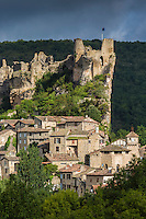 France, Midi-Pyrénées, Tarn (81), Penne: Village médiéval construit sur un éperon rocheux et son château-fort dominant la vallée de l'Aveyron   // France, Midi Pyrenees, Tarn,  Penne : Medieval village built on a rocky outcrop and its castle overlooking the Aveyron valley