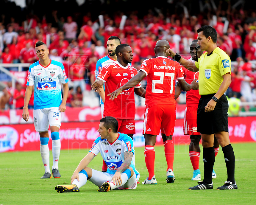 CALI - COLOMBIA, 22- 04-2018: Nicolas Gallo (Der.), arbitro, durante partido entre América de Cali y Atlético Junior, de la fecha 17 por la Liga Aguila I 2018 jugado en el estadio Pascual Guerrero de la ciudad de Cali. / Nicolas Gallo (R), referee, during a match between America de Cali and Atletico Junior, of the 17th date for the Liga Aguila I 2018 at the Pascual Guerrero stadium in Cali city. Photo: VizzorImage / Nelson Rios / Cont.