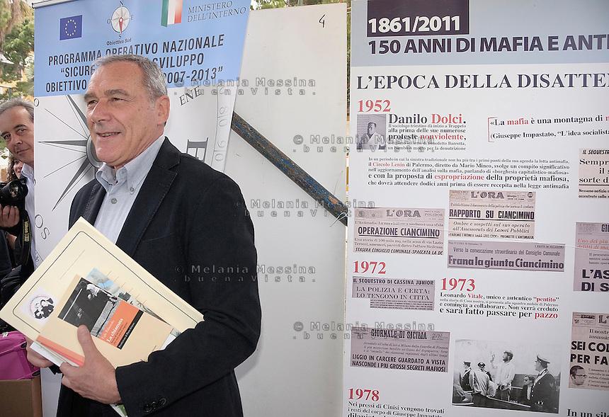 Palermo: Il presidente del senato Pietro Grasso in visita alla festa del consumo critico di Addio Pizzo.<br /> <br /> Palermo: The President of the Senate Pietro Grasso visiting the festival of critical consumerism of Addio Pizzo.