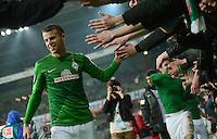 FUSSBALL   1. BUNDESLIGA   SAISON 2012/2013    20. SPIELTAG SV Werder Bremen - Hannover 96                           01.02.2013 Lukas Schmitz (SV Werder Bremen) bedankt sich nach dem Abpfiff bei den Fans in der Ostkurve