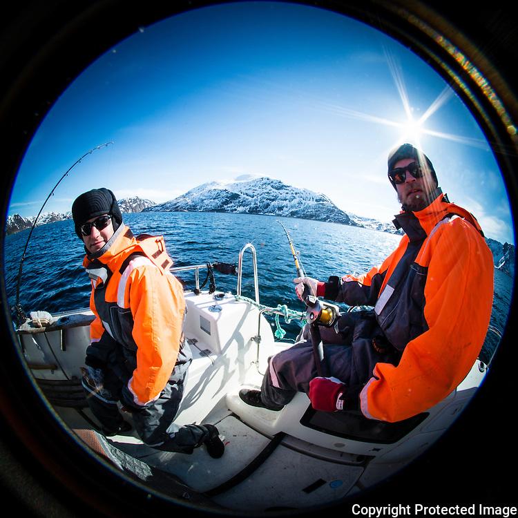 Menn fisker fra båt utenfor Seiland en flott vårdag. ---- Men fishing from boat.