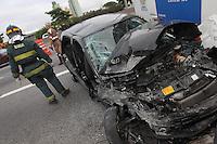 SAO PAULO, SP, 24-12-2012, ACIDENTE MARG TIETE. Duas pessoas ficaram feridas apos o veiculo em que estavam, colidir contra a traseira de um onibus parado, o acidente aconteceu na manha dessa Segunda Feira (24) na  Av Condessa Elisabeth Rubiano altura do numero 1.245 no Tatuape. As vitimas foram socorridas a hospitais da regiao. FOTO: LUIZ GUARNIERI / BRAZIL PHOTO PRESS).