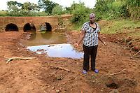 KENIA, ADS Anglican Development Services of Mount Kenya East, Stadt Embu, Weg nach Dorf Gichunguri, Dorfbewohner muessen Wasser ueber weite Entfernungen transportieren, verschmutzte Wasserstelle in einem trockenen Flussbett, ADS Mitarbeiterin Mary Gichobi