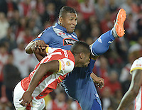BOGOTÁ - COLOMBIA -29-09-2015: Dairon Mosquera (Izq) jugador de Independiente Santa Fe (COL) choca con Jorge Guagua (Der) jugador de Emelec (ECU) durante partido de vuelta por octavos de final, llave C, de la Copa Sudamericana 2015 jugado en el estadio Nemesio Camacho El Campín de la ciudad de Bogota./ Dairon Mosquera (L) player of Independiente Santa Fe (COL) crashes with Jorge Guagua (R) player of Emelec (ECU) during the second leg match for the knockout stages, key C, of the Copa Sudamericana 2015 played at Nemesio Camacho El Campin stadium in Bogota city.  Photo: VizzorImage/ Gabriel Aponte /Staff
