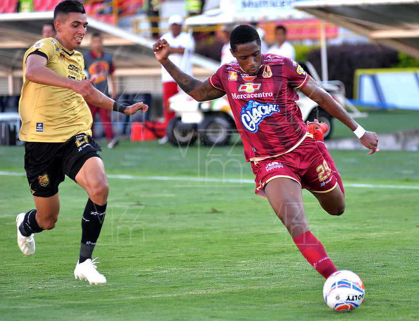 IBAGUÉ - COLOMBIA, 29-09-2018: Omar Albornoz (Der) jugador de Deportes Tolima disputa el balón con Daniel Muñoz (Izq) jugador del Rionegro Aguilas durante partido por la fecha 12 de la Liga Águila II 2018 jugado en el estadio Manuel Murillo Toro de la ciudad de Ibagué. / Omar Albornoz (R) player of Deportes Tolima vies for the ball with Daniel Muñoz (L) player of Rionegro Aguilas during match for the date 12 of the Aguila League II 2018 played at Manuel Murillo Toro stadium in Ibague city. Photo: VizzorImage / Juan Carlos Escobar / Cont