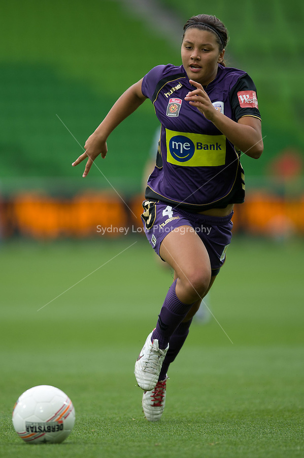 MELBOURNE, AUSTRALIA - DECEMBER 18: Samantha KERR of the Glory runs with the ball during the round 7 W-League match between the Melbourne Victory and the Perth Glory at AAMI Park on December 18, 2010 in Melbourne, Australia. (Photo Sydney Low / asteriskimages.com)