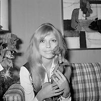 Nancy Sinatra<br /> au Quebec vers 1972<br /> (date inconnue)<br /> <br /> PHOTO : Agence Quebec Presse - Roland Lachance<br /> <br /> Nancy Sinatra est une chanteuse et une actrice américaine, née le 8 juin 1940 à Jersey City dans le New Jersey. Elle est la fille de Frank Sinatra et de Nancy Barbato <br /> <br /> il a fait sensation dans les années 70 et 80 avec les succès Mademoiselle Caroline, Notre amour n'est plus qu'une aventure, Milord, Ma jolie Rose, mais surtout les tubes Oh ma Lili et sa reprise de Just a Gigolo, qui ont fait de lui une vedette populaire.<br /> <br /> <br /> Son premier album éponyme ne connaît qu'un succès local, le second, Entre nous, sera reconnu au Gala de l'ADISQ1. Révélée en France en 1981 avec la chanson Si j'étais un homme qui connaît un certain succès. En 1981, Diane Tell est le phénomène de l'année au Québec. En 1982, elle est la première artiste féminine à connaître un véritable succès populaire en tant qu'auteur compositrice et interprète. Elle s'installe en 1983 en France