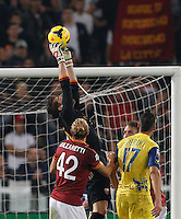 Calcio, Serie A: Roma vs ChievoVerona. Roma, stadio Olimpico, 31 ottobre 2013.<br /> AS Roma goalkeeper Morgan De Sanctis grabs the ball during the Italian Serie A football match between AS Roma and ChievoVerona at Rome's Olympic stadium, 31 October 2013.<br /> UPDATE IMAGES PRESS/Riccardo De Luca