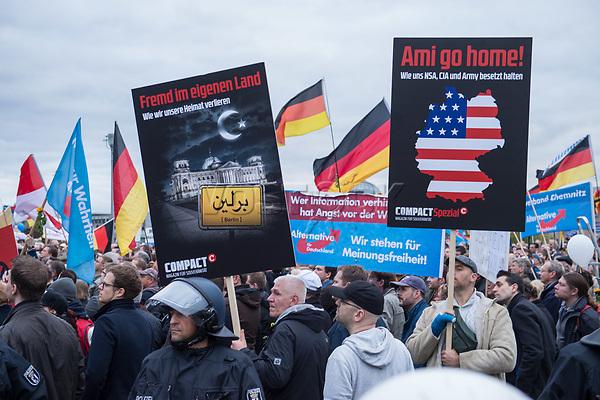 Bis zu 2500 Anhaenger der Rechtspartei &quot;Alternative fuer Deutschland&quot; (AfD) versammelten sich am Samstag den 7. November 2015 in Berlin zu einer Demonstration. Sie protestierten gegen die Fluechtlingspolitik der Bundesregierung und forderten &quot;Merkel muss weg&quot;. Die Demonstration sollte der Abschluss einer sog. &quot;Herbstoffensive&quot; sein, zu der urspruenglich 10.000 Teilnehmer angekuendigt waren.<br /> Mehrere tausend Menschen protestierten gegen den Aufmarsch der Rechten und versuchten an verschiedenen Stellen die Route zu blockieren. Gruppen von AfD-Anhaengern wurden von der Polizei durch Einsatz von Pfefferspray, Schlaege und Tritte durch Gegendemonstranten, die sich an zugewiesenen Plaetzen aufhielten, zur rechten Demonstration gebracht. Zum Teil wurden sie von Neonazis-Hooligans dabei angefeuert. Dabei kam es zu Verletzten, mehrere Gegendemonstranten wurden festgenommen.<br /> Im Bild: Kundgebung der AfD vor dem Berliner Hauptbahnhof.<br /> 7.11.2015, Berlin<br /> <br /> - 07.11.2015