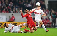 Fussball 1. Bundesliga:  Saison   2011/2012    16. Spieltag VfB Stuttgart - FC Bayern Muenchen  11.12.2011 Christian Gentner (li, VfB Stuttgart) gegen Thomas Mueller (Mitte, FC Bayern Muenchen) gegen William Kvist (VfB Stuttgart)