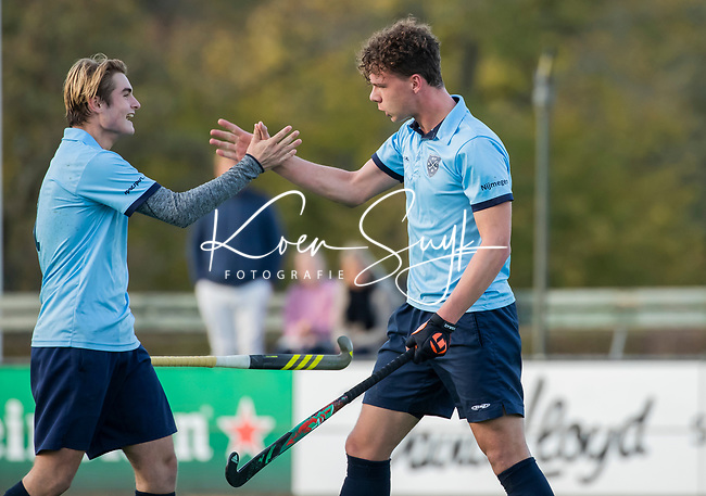 BLOEMENDAAL  -  Mart Leempoel heeft gescoord , competitiewedstrijd junioren  landelijk  Bloemendaal JA1-Nijmegen JA1 (2-2) .  links David Huussen, COPYRIGHT KOEN SUYK