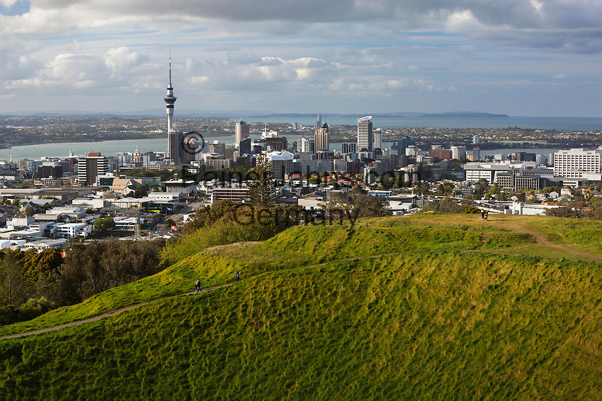 New Zealand, North Island, Auckland: View over Auckland and Sky Tower from Mount Eden | Neuseeland, Nordinsel, Auckland: Skyline gesehen vom Mount Eden