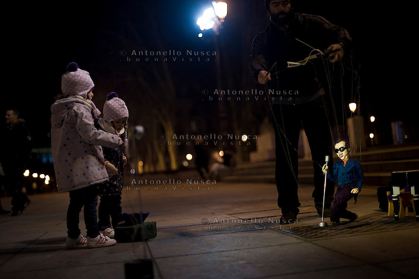 Artista di strada nel centro storico di Madrid. La forte disoccupazione in Spagna  ha portato un aumento di giovani che per guadagnare qualcosa si esibiscono nell'arte del mimo.