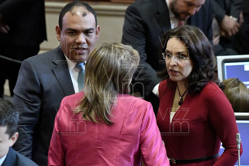 BOGOTÁ -COLOMBIA. 20-07-2017: Antonio Jose Correa (Izq) y Vivian Morales (Der), senadores, durante la ceremonia de instalación de la legislatura 2017 2018 del Congreso de la República de Colombia realizado hoy, 20 de julio de 2017, en el salón Elíptico del Capitolio Nacional de Colombia en la ciudad de Bogotá. / Antonio Jose Correa (L) and Vivian Morales (R), senators, during the ceremony of installation of the Legistature 2017 2018 of the Congress of the Republic of Colombia made today, July 20 2017, at Ellipptical room of the National Capitol of Colombia in Bogota city . Photo: VizzorImage/ Gabriel Aponte / Staff
