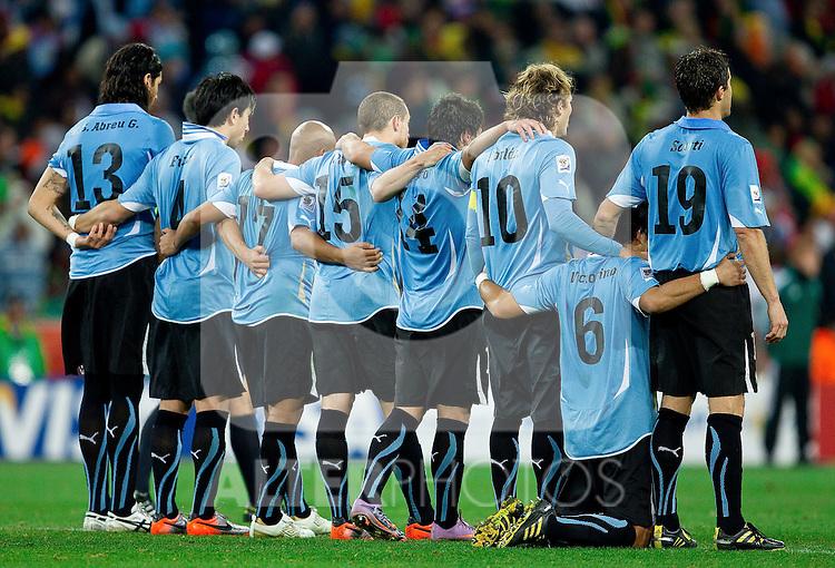 02.07.2010, Soccer City Stadium, Johannesburg, RSA, FIFA WM 2010, Viertelfinale, Uruguay (URU) vs Ghana (GHA) im Bild Team Uruguay während des elfemterschiessens,  Foto: nph /   Vid Ponikvar, ATTENTION! Slovenia OUT