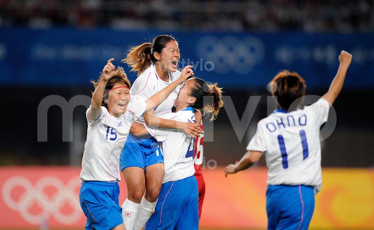 Olympia 2008  Peking  Fussball  Frauen   15.08.2008 China - Japan Homare SAWA (Mitte) jubelt nach ihrem Tor zum 1-0 zusammen mit Mizuho SAKAGUCHI (li) und Azusa IWASHIMIZU (re, alle JPN).