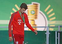 19.05.2018, Football DFB-Pokal Finale 2018, FC Bayern Muenchen - Eintracht Frankfurt, Olympiastadium in Berlin. winner ehrung , Thomas Mueller (Bayern Muenchen) dejected  *** Local Caption *** © pixathlon<br /> <br /> Contact: +49-40-22 63 02 60 , info@pixathlon.de