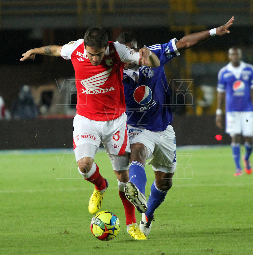 BOGOTA -COLOMBIA-06-04-2013: Emanuel Molina (Izq.) jugador del Independiente Santa Fe, disputa el balón con Elkin Blanco  (Der.) de Millonarios durante partido en el estadio El Campín de la ciudad de Bogotá, abril 06 de 2013. Independiente Santa Fe perdió tres goles a uno con Millonarios en partido por la novena fecha de la Liga Postobon I. (Foto: VizzorImage / Felipe Caicedo / Staff).Emanuel Molina (R) player of Independiente Santa Fe fights for the ball with Elkin Blanco  (L) of Millonarios, during a match at El Campin stadium in Bogota, April 06, 2013. Independiente Santa Fe lost three goals to one with Millonarios in a match for the ninth date of the League Postobon I. (Photo: VizzorImage / Felipe Caicedo / Staff).Photo / VizzorImage / Felipe Caicedo / Staff
