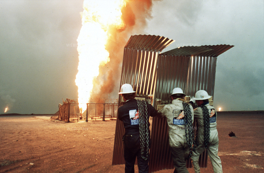 Koweit, Al Ahmadi, 29 Mars 1991. Des combattants de feux de puits de pétroles de la compagnie américaine Boots & Coots. ..Kuwait, Al Ahmadi, March 29, 1991. Oil well fire fighters from US owned Boots & Coots company.