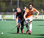 BLOEMENDAAL   - Hockey -  2e wedstrijd halve finale Play Offs heren. Bloemendaal-Amsterdam (2-2) . A'dam wint shoot outs. Jord Beekmans (Bldaal) in duel met Teun Rohof (A'dam).  COPYRIGHT KOEN SUYK