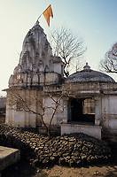 INDIA, state Gujarat, Narmada river and dams, reservoir of Narmada dam Sardar Sarovar Project at tribal village Manibeli, submerged old Shoolpaneshwar Mahadev hindu temple, remained mud after first submergence 1993, today the temple is permanently under water / INDIEN, Gujerat, Narmada Fluss und Staudaemme, Stausee des Sardar Sarovar Projekt Staudamm, durch Flutung zerstoerter Hindu Tempel des Adivasi Dorf Manibeli