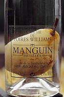 Europe/France/Provence-Alpes-Côte- d'Azur/84/Vaucluse/Avignon: Bouteille d'eau de vie de Poire Williams Manguin - Distillerie Manguin -Ile de la Barthelasse