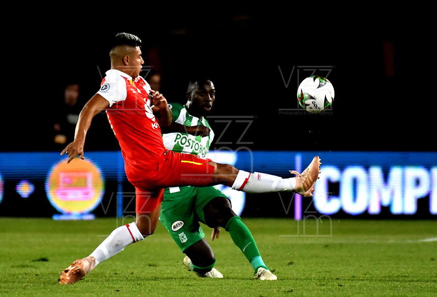 BOGOTÁ - COLOMBIA, 17-01-2019: Juan Daniel Roa (Izq.) jugador de Independiente Santa Fe disputa el balón con Deiver Machado (Der.) jugador de Atlético Nacional, durante partido Independiente Santa Fe y Atlético Nacional, por el Torneo Fox Sports 2019, jugado en el estadio Nemesio Camacho El Campin de la ciudad de Bogotá. / Juan Daniel Roa (L) player of Independiente Santa Fe vies for the ball with Deiver Machado (R) player of Atletico Nacional during a match between Independiente Santa Fe and Atletico Nacional, for the Fox Sports Tournament 2019, played at the Nemesio Camacho El Campin stadium in the city of Bogota. Photo: VizzorImage / Luis Ramírez / Staff.