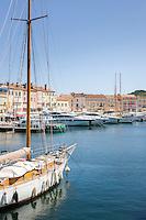 France, Provence-Alpes-Côte d'Azur, Saint-Tropez: marina | Frankreich, Provence-Alpes-Côte d'Azur, Saint-Tropez: Blick von der Prómenade du Môle Jean-Réveille ueber den Yachthafen