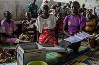 """Südsudanesische Flüchtlinge der """"Amalu and Mongita Savings Group"""" beim Treff im BidiBidi Camp Uganda bei ihrem wöchentlichen Treffen. Die Frauen sparen gemeinsam, von den Ersparnissen werden Investitionen genehmigt. Über eine Million Südsudanesen sind nach Uganda geflüchtet."""