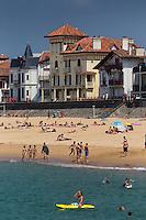 France, Pyrénées-Atlantiques (64), Pays-Basque, Saint-Jean-de-Luz , la plage et les villas du front de mer sur la digue, // France, Pyrenees Atlantiques, Basque Country, Saint Jean de Luz, the beach and beachfront villas on the seafront