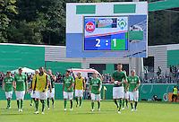 FUSSBALL   DFB POKAL   SAISON 2011/2012  1. Hauptrunde FC Heidenheim - Werder Bremen              30.07.2011 Enttaeuschung bei SV Werder Bremen, dahinter die Anzeigentafel mit dem Ergebniss