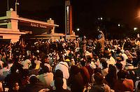 SAO PAULO, SP, 17 de junho 2013-Manifestantes contra o aumento das passagem tenta derrubar portao 2 do palacio do Governo    ADRIANO LIMA / BRAZIL PHOTO PRESS).