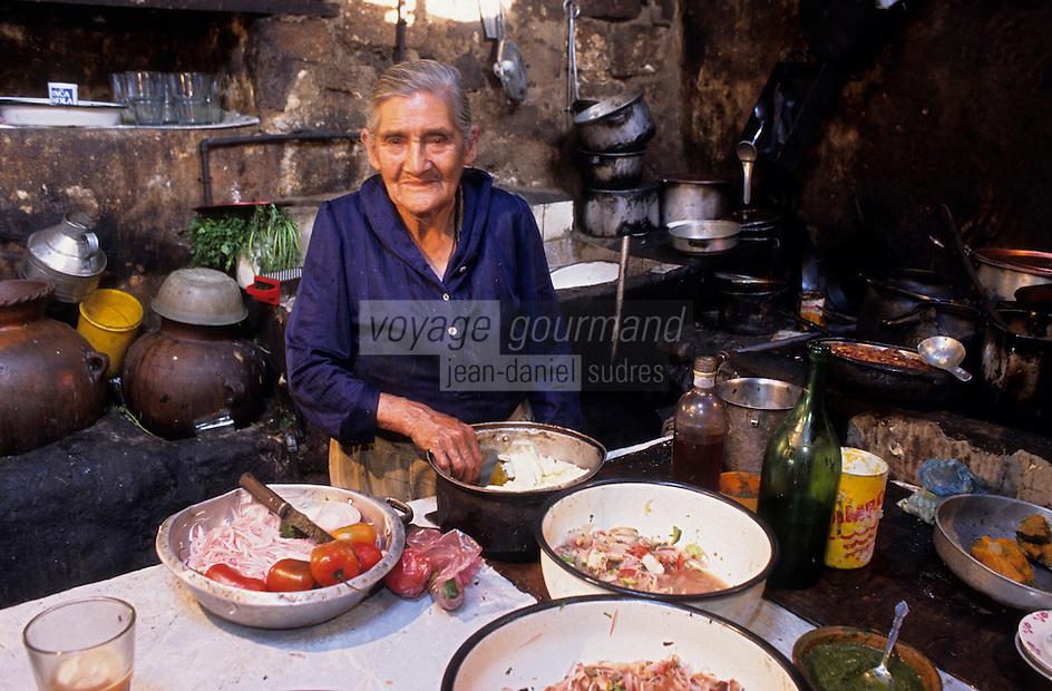 Amérique/Amérique du Sud/Pérou/Env d'Arequipa : Chez Lucila - Préparation d'un cochon d'inde grillé dans une petite cantarilla