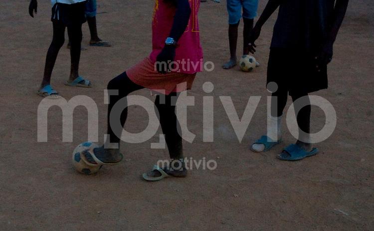 In Koido, dem wichtigsten Abbaugebiet fuer Diamanten in Sierra Leone spielen Kinder Fussball auf einem provisorischen Fussballfeld.