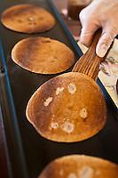 Europe/France/Corse/2B/Haute-Corse/Cap Corse/Nebbio/Bastia: Marché, Place du Marché - Sur un étal du marché, préparation  des Nicci, crêpe, spécialité corse à la farine de chataigne
