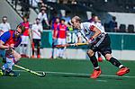 AMSTELVEEN - Billy Bakker (Adam) met Leon van Barneveld (SCHC)     tijdens  de hoofdklasse competitiewedstrijd hockey heren,  Amsterdam-SCHC (3-1). COPYRIGHT KOEN SUYK