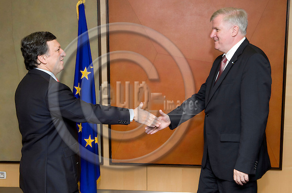 Brussels-Belgium - 27 May 2009 --- Jose (José) Manuel BARROSO (le), President of the European Commission,  receives Horst SEEHOFER (ri), Minister-President of the Free State of Bavaria / Germany -- Photo: Horst Wagner / eup-images