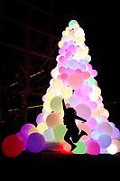 NOVA YORK, EUA, 22.12.2018 - NATAL-EUA - Árvore de Natal com bolas iluminadas e vista na Ilha de Manhattan em Nova York nos Estados Unidos neste sábado, 22.(Foto: William Volcov/Brazil Photo Press)