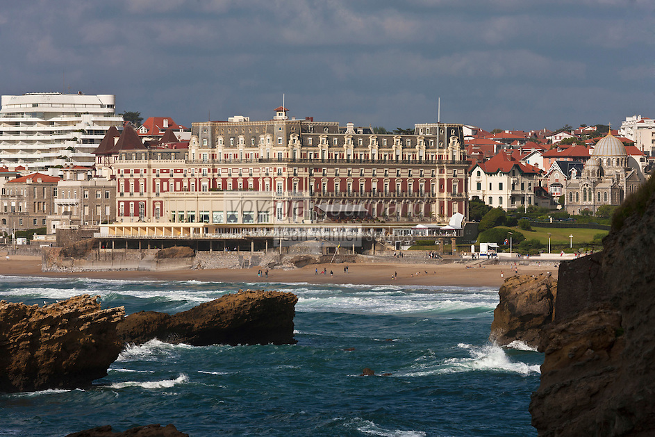 Europe/France/Aquitaine/64/Pyrénées-Atlantiques/Pays-Basque/Biarritz: La Grande Plage  et l' Hôtel du Palais  ou  Villa Eugénie et L'église orthodoxe russe,