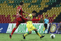 BUCARAMANGA-COLOMBIA ,13 -09-2019.Sherman Cárdenas jugador del Atlético Bucaramanga disputa el balón contra Rionegro durante partido por la fecha 11 de la Liga Águila II 2019 jugado en el estadio Alfonso López de la ciudad de Bucaramanga./Sherman Cardenas player of Atletico Bucaramanga fights the ball agaisnt of Rionegro during the match for the date 11 of the Aguila League II 2019 played at Alfonso Lopez  stadium in Bucaramanga city. Photo: VizzorImage/ Oscar Martínez / Contribuidor