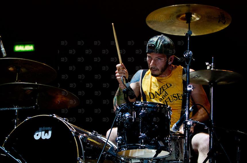 CIUDAD DE M&Eacute;XICO, DF. Julio 15, 2013 &ndash;  El baterista estadounidense, Josh Dun del dueto, Twenty One Pilots, durante su actuaci&oacute;n en el Palacio de los Deportes de la Ciudad de M&eacute;xico. El grupo de indierock y pop rock se present&oacute; por primera vez en  M&eacute;xico.  FOTO: ALEJANDRO MEL&Eacute;NDEZ<br /> <br /> MEXICO CITY, DF. July 15, 2013 - The American drummer, Josh Dun of the duet, Twenty One Pilots, during his performance at the Palacio de los Deportes in Mexico City. The group pop rock indierock and was presented for the first time in Mexico. PHOTO: ALEJANDRO MELENDEZ