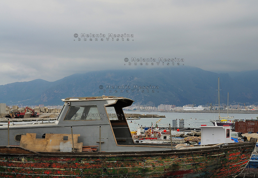 The harbor of Vergine Maria in Palermo; an old seaside village near Palermo ruined by the illegal buildings and the pollution of the sea.<br /> Il porticciolo dell'antica borgata marinara di Vergine Maria, alle porte della citt? di Palermo, il paesaggio rovinato dalle costruzioni abusive e il mare inquinato.