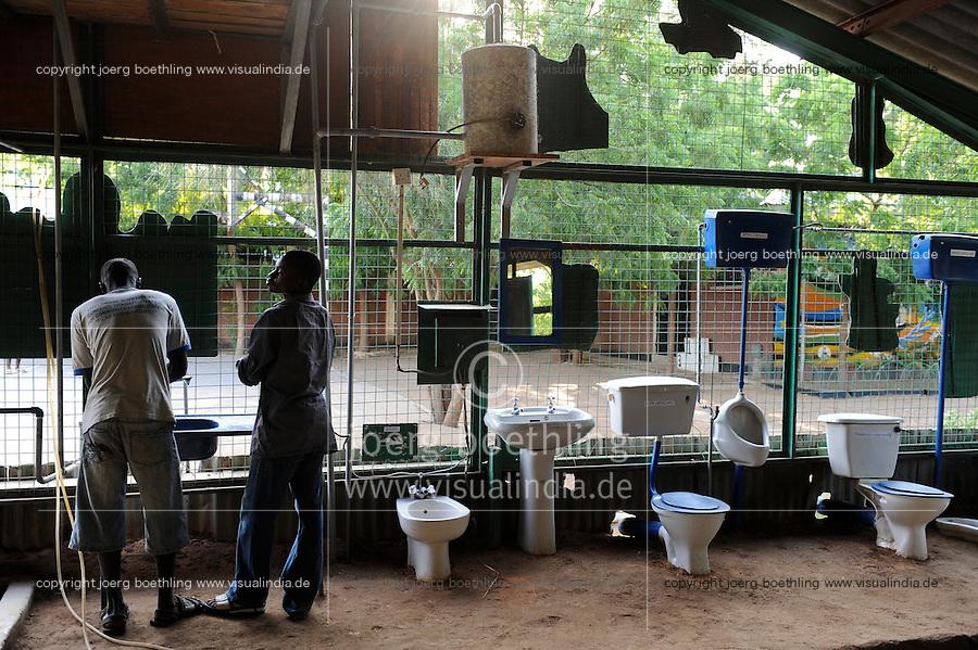 KENIA Turkana Region, refugee camp Kakuma, vocational training, plumbing workshop / Fluechtlingslager Kakuma, Berufsausbildung fuer Fluechtlinge, Klempner Klasse