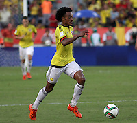 BARRANQUILLA  - COLOMBIA - 8-10-2015: Juan Cuadrado jugador de la seleccion Colombia  disputa el balon la seleccion Peru durante primer partido  por por las eliminatorias al mundial de Rusia 2018 jugado en el estadio Metropolitano Roberto Melendez  / : Juan Cuadrado player of Colombia  fights for the ball with of selection of Peru during first qualifying match for the 2018 World Cup Russia played at the Estadio Metropolitano Roberto Melendez. Photo: VizzorImage / Felipe Caicedo / Staff.