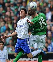 FUSSBALL   1. BUNDESLIGA   SAISON 2011/2012   34. SPIELTAG SV Werder Bremen - FC Schalke 04                       05.05.2012 Klaas Jan Huntelaar (li, FC Schalke 04) gegen Sebastian Proedl (re, SV Werder Bremen)